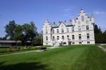 Raidkivist loss, Vasalemma kool. Vasakul puhkavad rattaturistid.