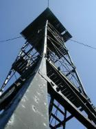 Saare põhjaküljel on endiselt püsti nõukogude piirivalvetorn, mis vaatamata pehkinud põrandale on veel ronitav.