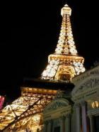 Peatänava äärde on püstitatud üks korralik Eiffeli torn ja leidub ka muud sinna juurde kuuluvat.